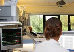 Verpleegster houdt patient in de gaten