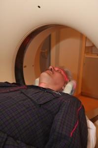 Voordat een CT-scan van uw hersenen wordt gemaakt, wordt met infrarood licht bekeken of u goed in het midden van het apparaat ligt.