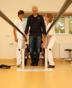 De fysiotherapeuten (mw. C. Romme en mw. A. Kwast) doen zonodig oefeningenmet u in de loopbrug.